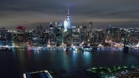 Воздушный взгляд ночи Манхаттана, Нью-Йорка Небоскребы вокруг Dronelapse Timelapse акции видеоматериалы