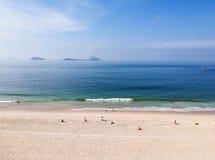 Воздушный взгляд пляжа Leblon трутня, Рио-де-Жанейро стоковое фото