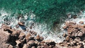 Воздушный взгляд сверху больших волн Трутень снятый скалистого seashore Береговая линия моря с весьма волнами Волны ударяя утесы  акции видеоматериалы