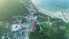 Воздушный взгляд сверху деревни на красивом тропическом seashore, шлюпок Филиппин поставил на якорь в заливе с ясным и акции видеоматериалы