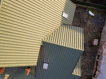 Воздушный взгляд сверху зеленой постриженной крыши дома с окном нового небольшого чердака пластиковым стоковое фото
