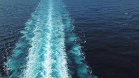 Воздушный взгляд сверху красивого рельса на поверхности моря или океана позади вкладыша круиза скорости r _бодрствовани в океан стоковое изображение