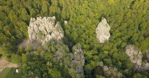 Воздушный взгляд сверху к утесам Dovbush в прикарпатских горах, Украина сток-видео