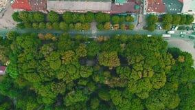 Воздушный взгляд сверху плотного засаженного городка с двигать быстрых автомобилей 4K видеоматериал
