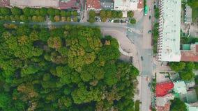 Воздушный взгляд сверху плотного засаженного городка с двигать быстрых автомобилей 4K акции видеоматериалы