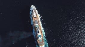 Воздушный взгляд сверху роскошного большого туристического судна плавая высшая скорость на открытой воде, роскошная концепция кан видеоматериал
