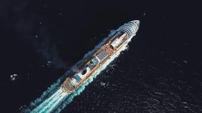 Воздушный взгляд сверху роскошного большого туристического судна плавая высшая скорость на открытой воде, роскошная концепция кан сток-видео