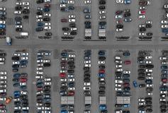 Воздушный взгляд сверху трутня над автомобилями на стоянке стоковая фотография