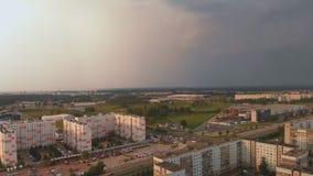 Воздушный взгляд сверху шторма приходя приезжая на район советского дизайна - захода солнца в европейской столице Риге, Латвия - акции видеоматериалы