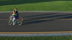 Воздушный взгляд со стороны велосипедов молодых пар lgbt ехать акции видеоматериалы
