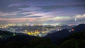 Воздушный взгляд сцены ночи горизонта города Тайбэя, Тайваня стоковая фотография rf