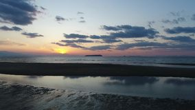 Воздушный взгляд тележки спокойного океана на заходе солнца сток-видео