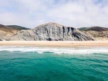Воздушный взгляд трутня голубых океанских волн и красивого берега песчаного пляжа Стоковая Фотография RF