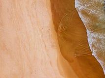 Воздушный взгляд трутня голубых океанских волн и красивого берега песчаного пляжа Стоковые Изображения RF