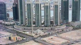Воздушный взгляд трутня горизонта города, известных башен и небоскребов, острова Reem Al, Абу-Даби, квадрата Марины и мечети сток-видео