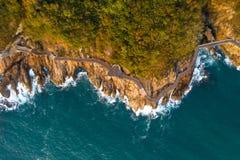 Воздушный взгляд трутня деревянных променада и моря развевает Стоковые Фото