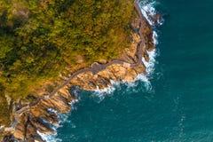 Воздушный взгляд трутня деревянных променада и моря развевает Стоковая Фотография