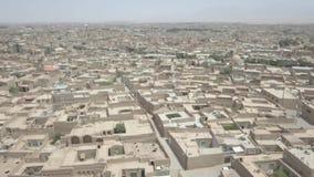 Воздушный взгляд трутня домов рядом с башней Azadi в Тегеране Развевая флаг акции видеоматериалы