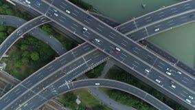 Воздушный взгляд трутня дороги соединения шоссе многоуровневой с двигая автомобилями на заходе солнца Автомобили двигают дальше м видеоматериал