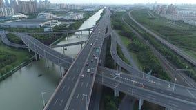 Воздушный взгляд трутня дороги соединения шоссе многоуровневой с двигая автомобилями на заходе солнца Автомобили двигают дальше м сток-видео