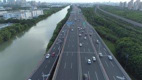 Воздушный взгляд трутня дороги соединения шоссе многоуровневой с двигая автомобилями на заходе солнца Автомобили двигают дальше м акции видеоматериалы