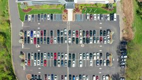 Воздушный взгляд трутня занятой корпоративной парковки сток-видео