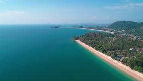 Воздушный взгляд трутня красивого тропического острова рая в Таиланде акции видеоматериалы