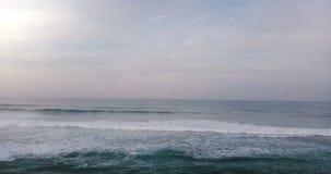 Воздушный взгляд трутня максимума развевает в красивом океане захода солнца Захватывающая открытая панорама океана, облачного неб видеоматериал