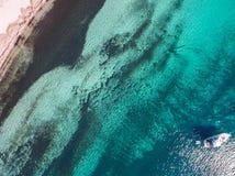 Воздушный взгляд трутня моторной лодки или яхты ставя на якорь около пляжа Стоковые Изображения