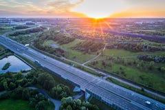 Воздушный взгляд трутня на шоссе и шахта наваливают стоковые фотографии rf