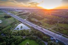 Воздушный взгляд трутня на шоссе и шахта наваливают стоковое изображение rf