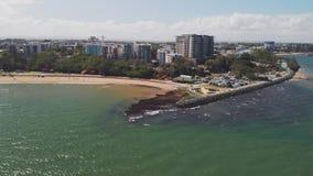 Воздушный взгляд трутня пляжа Suttons, Redcliffe, Австралии сток-видео