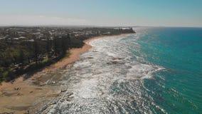 Воздушный взгляд трутня похожего на раковину пляжа на Caloundra, Австралии видеоматериал