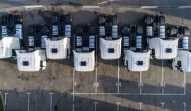 Воздушный взгляд трутня припаркованных белых тележек Стоковое фото RF