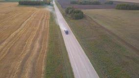 Воздушный взгляд UHD 4K Полет среднего воздуха над тележкой нефтяного танкера бензина на свежей дороге луга горы Солнечное утро л сток-видео