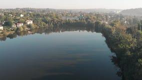 Воздушный видео- всход полета над озером в маленьком городе