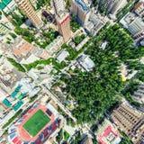 Воздушный вид на город с перекрестками и дорогами, домами, зданиями, парками и местами для стоянки Изображение солнечного лета па Стоковая Фотография