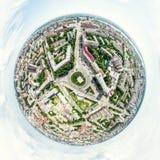 Воздушный вид на город с перекрестками и дорогами, домами, зданиями, парками и местами для стоянки Изображение солнечного лета па Стоковые Изображения RF