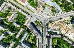 Воздушный вид на город с перекрестками и дорогами, домами, зданиями, парками и местами для стоянки Изображение солнечного лета па Стоковые Изображения