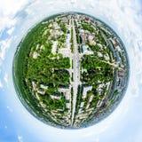 Воздушный вид на город с перекрестками и дорогами, домами, зданиями, парками и местами для стоянки Изображение солнечного лета па Стоковые Фото