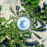 Воздушный вид на город с перекрестками и дорогами, домами, зданиями, парками и местами для стоянки Изображение солнечного лета па Стоковое Изображение RF