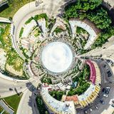 Воздушный вид на город с перекрестками и дорогами, домами, зданиями, парками и местами для стоянки Изображение солнечного лета па стоковые фотографии rf