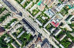 Воздушный вид на город с перекрестками и дорогами, домами, зданиями, парками и местами для стоянки Изображение солнечного лета па стоковое фото rf