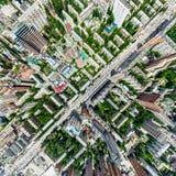 Воздушный вид на город с перекрестками и дорогами, домами, зданиями, парками и местами для стоянки Изображение солнечного лета па стоковое изображение