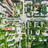 Воздушный вид на город с перекрестками и дорогами, домами, зданиями, парками и местами для стоянки Изображение солнечного лета па стоковое фото