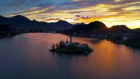 Воздушный вид на озеро трутня кровоточил с церковью St Marys предположения на малом острове; Кровоточенный, Словения, Европа видеоматериал