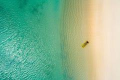 Воздушный вид с воздуха трутня красивой девушки имея потеху на солнечном тропическом пляже Сейшельские острова стоковые изображения