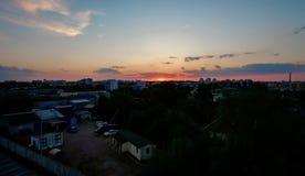 Воздушный высокий выравниваясь взгляд Минска, столица республики Беларуси Городской пейзаж лета с трутнем летания Голубое небо с  стоковые фото