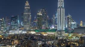 Воздушный городской пейзаж nighttime с загоренной архитектурой timelapse Дубай городского, Объениненных Арабских Эмиратов видеоматериал