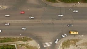 Воздушный - городской транспорт, автомобили, тележки, шины на дороге сток-видео
